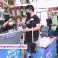 Whiz-Mobility-Mitarbeiter mit Essensrobotern (Foto: ntu.edu.sg)