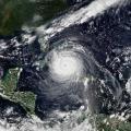 Die Forschungsinitiative EXCLAIM entwickelt neue, globale Klimamodelle, die regionale Wettermodelle hochaufgelöst integrieren sowie Stürme, Gewitter oder Hurrikane direkt simulieren. (Themenbild: Wikipedia/ NOAA)