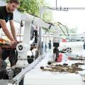 Ein Roboterarm mit Kamera soll die Abfälle nach Material trennen, wobei Biomasse zurück ins Wasser gelangt. (Bild: ETH Zürich)