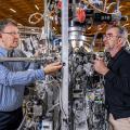 Thorsten Schmitt (links) und Milan Radovic an ihrer Experimentierstation an der Synchrotron Lichtquelle Schweiz SLS. Hier haben sie ihre Messungen an dünnen Filmen aus Strontium-Iridium-Oxid durchgeführt. (Foto: Paul Scherrer Institut/Markus Fischer)